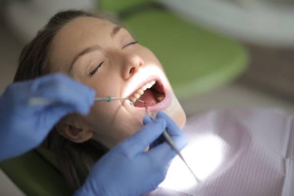 Pourquoi faire une visite régulière chez un dentiste ?